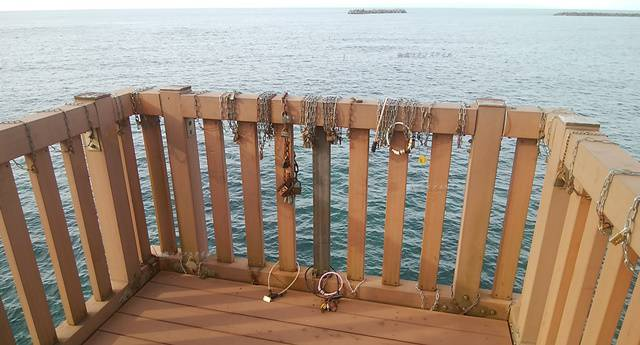 夕凪の橋の愛の鍵がたくさん取付けられた欄干