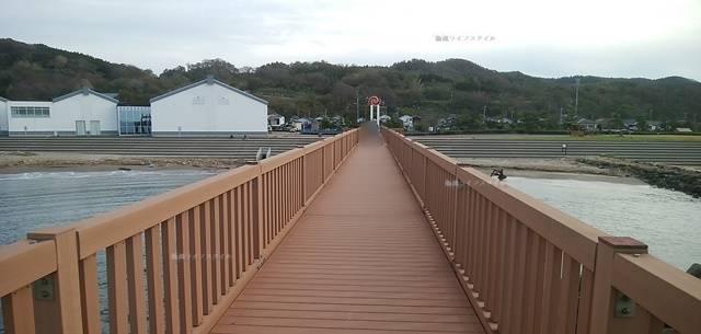 夕凪の橋のあずまや部分から地上の方に長い橋が続く