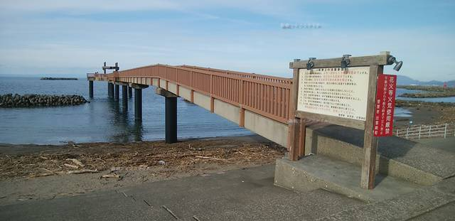 看板と夕凪の橋を斜めに眺める