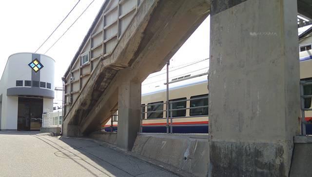 青海川駅の外観と連絡通路