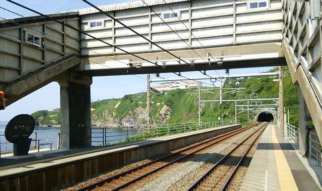 青海川駅の連絡通路と線路