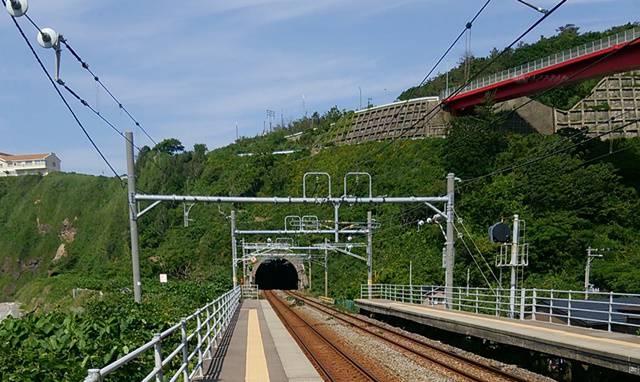 青海川駅のホームからトンネルを望む
