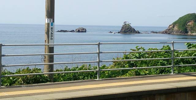 青海川駅の1番線から海を見る