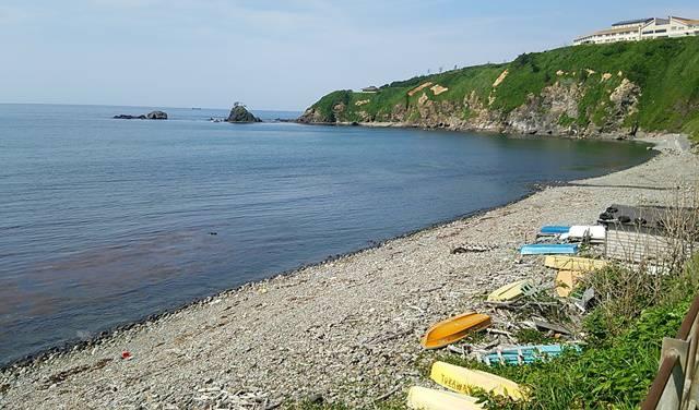 青海川駅の2番線から見た柵と浜。