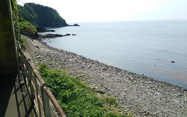 青海川駅の2番線から浜を斜めに見る