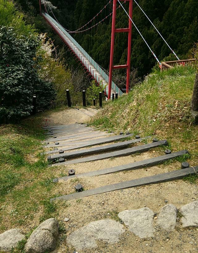 朝日山展望台から千眼堂吊り橋の入り口に降りる階段
