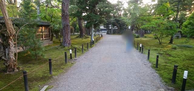 北方文化博物館の正門側の敷地内の道