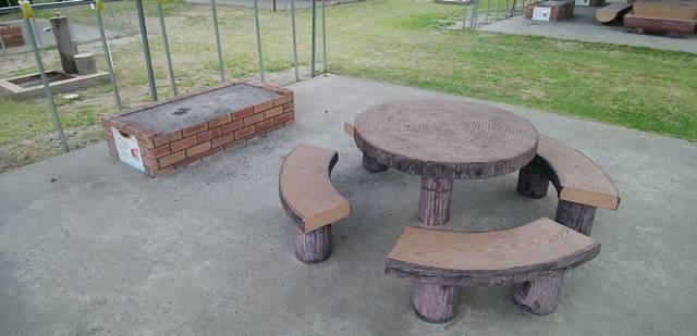 上堰潟公園のバーベキューのかま場とテーブル