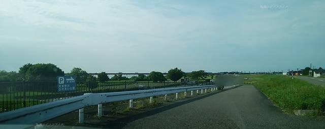 川沿いの道から阿賀野川ふれあい公園の駐車場へ降りる道路