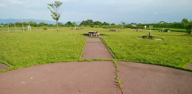 阿賀野川河川公園のバーベキュー場の中心から、1つのかま場の方向を見た様子