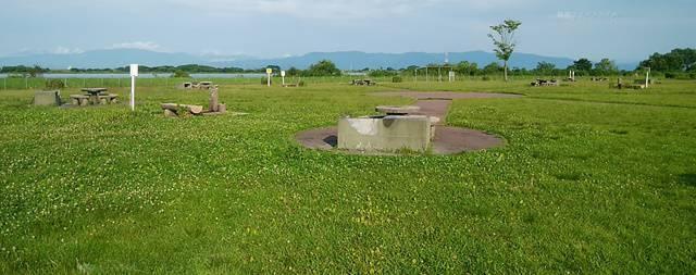 阿賀野川河川公園のバーベキュー場を遠目に全体像を見た様子