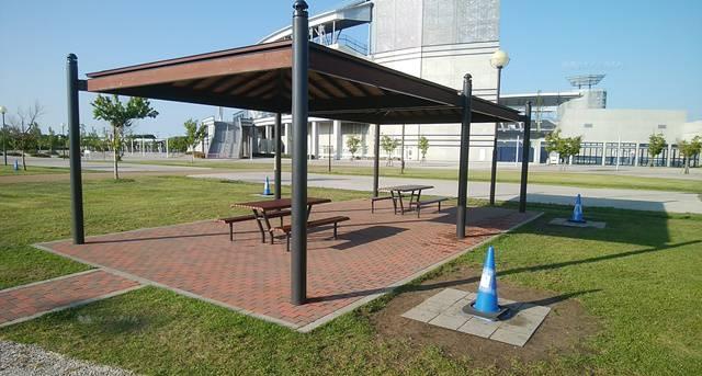 スポーツ公園の屋根ありバーベキューエリア