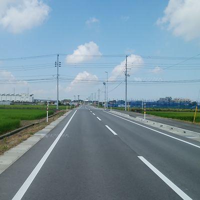 新しいキレイな舗装道路が走り、両脇には田んぼが続く