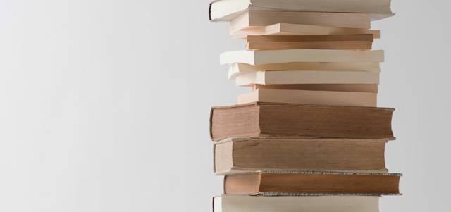 無造作に積み重ねられた何冊もの本
