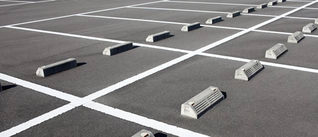 多くの台数停められそうな新しめの地上駐車場の路面のアップ