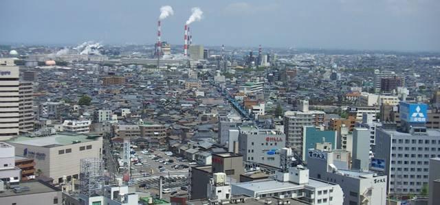 新潟市の万代エリア上空から東区方向を望んだ街並み